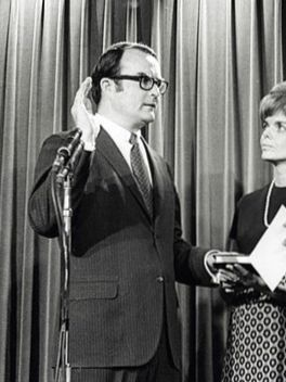 Ruckelshaus gets sworn in by a judge while his wife and Nixon watch.
