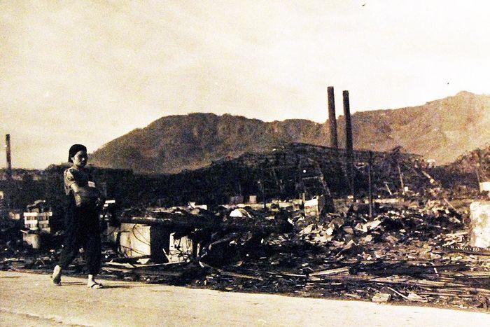hiroshima nagasaki bombing pictures nagasaki woman walking 1a